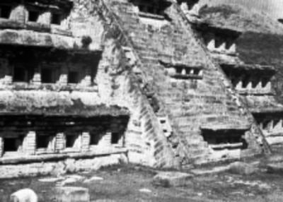 Vista parcial de la escalinata de la Pirámide de los Nichos