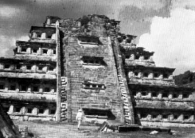Vista frontal de la Pirámide de los Nichos