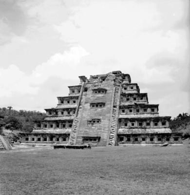 Vista del lado este de la Pirámide de los Nichos