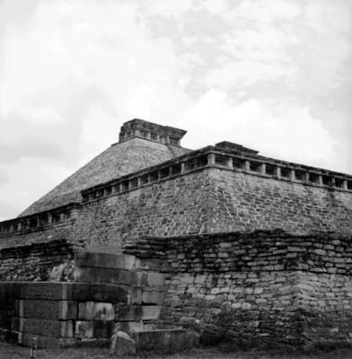 Vista parcial de la fachada sureste del edifico 5 y el tablero noreste del Juego de Pelota Sur