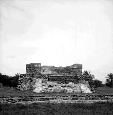 Vista frontal del Edicio de las Chimeneas y adoratorio