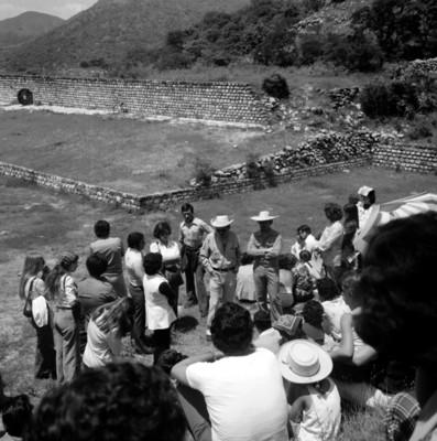 Grupo de turistas a un costado de la cancha del Juego de Pelota