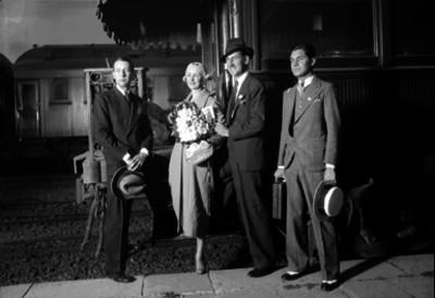 Carlos Báez en compañía del actor de cine mudo Douglas Fairbanks y de otra pareja en la estación de Buenavista