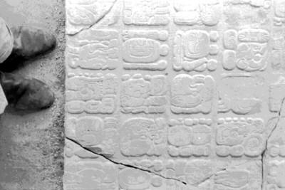 Detalle del Tablero de El Palacio con glifos calendáricos