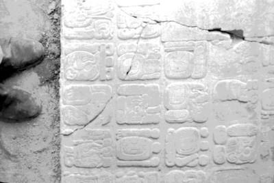 Tablero de El Palacio con glifos calendáricos, detalle