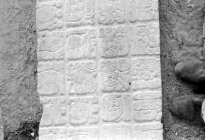 Trabajador junto a un fragmento del Tablero de El Palacio