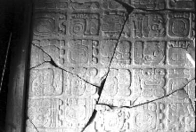 Fragmento del Tablero del Palacio, relieves con la representación de glifos