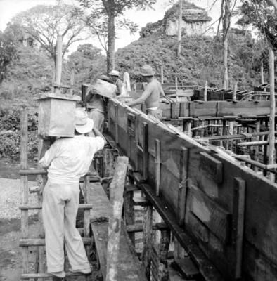 Hombres trabajan en la construcción de un edificio en el sitio