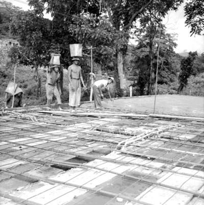 Hombres en el techo de un edificio en proceso de construcción