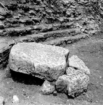Altar circular fragmentado, vista de perfil