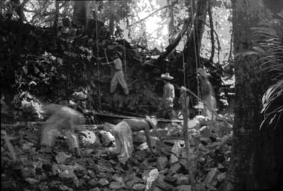 Hombres trabajan en el desmonte de un basamento piramidal, Palenque