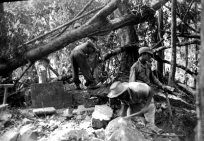 Hombres exploran el Grupo IV, Palenque