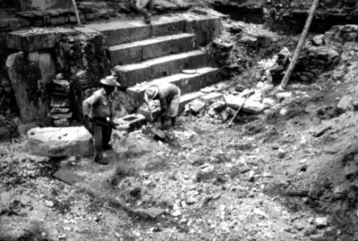 Restauración de escalera en el patio noreste del Palacio, Palenque