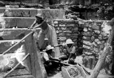 Arqueólogo y trabajadores restauran escalera del patio noroeste del Palacio
