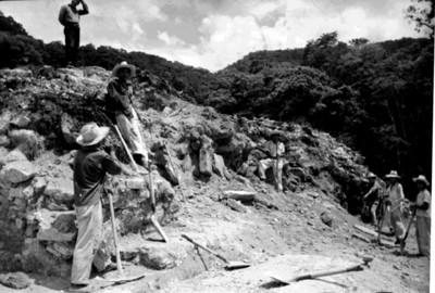Hombres en trabajos de restauración y excavación