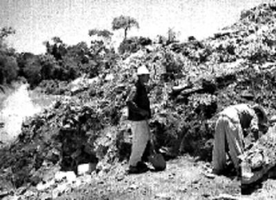 Hombres en los trabajos de exploración de la fachada sur del Palacio, Palenque