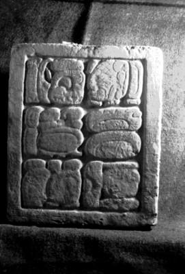 Bajorrelieve con escritura maya del Palacio
