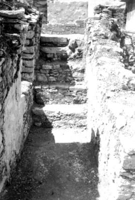 Escaleras y muros de piedra de un edificio en restauración, Palenque