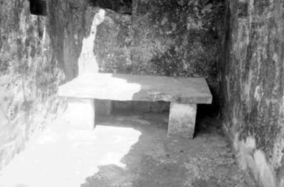 Banca de piedra en un pasillo del conjunto del Palacio
