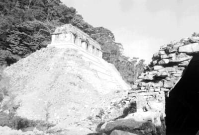 Templo de las Inscripciones durante su restauración, vista lateral