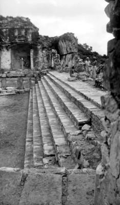 Vista de escalinata, muros estucados y muro en proceso de reconstrucción