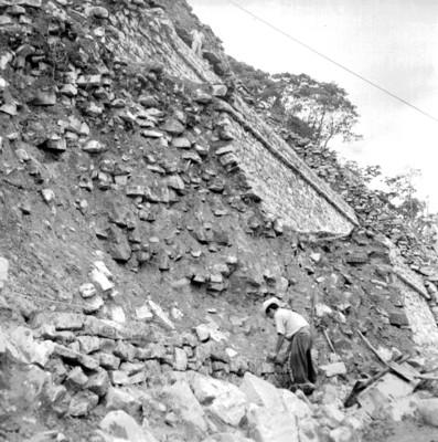 Hombres excavan en el Templo de las Inscripciones, vista en contrapicada