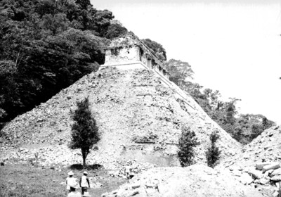 Trabajadores a un costado del Templo de las Inscripciones durante su reconstrucción