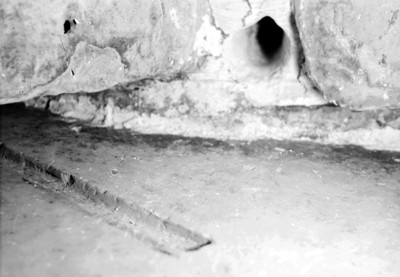 Perforación en un muro de la tumba de Pakal, vista parcial