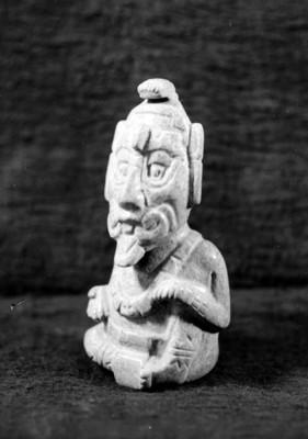 Figurilla de jade del dios solar en posición sedente de la Tumba de Pakal