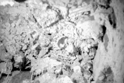 Vista parcial de cerámica y fragmentos de huesos humanos in situ, Palenque
