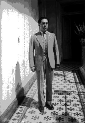 Silvano Barba González en el pasillo de un edificio, retrato