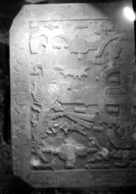 Relieves escultóricos mayas, parte izquierda de la lápida en la tumba de Pakal, detalle