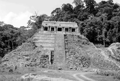 Hombres en el basamento del Templo de las Inscripciones durante su restauración