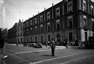 "Edificio de la ""Contraloría"" ubicado en ""1a. calle de Corregidora"", fachada"