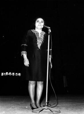 Cantante amenizando un festival escolar en el Auditorio Nacional