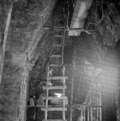 Trabajadores sobre andamios restauran el interior de una bóveda en Palenque
