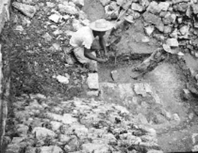 Trabajadores durante el proceso de reconstrucción en el Templo de las Inscripciones