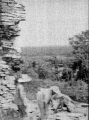 Hombres en los trabajos de restauración del pórtico del Templo el Conde, Palenque