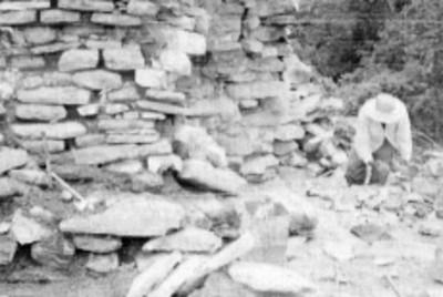 Restauración de una esquina del adoroatio ubicado en el Templo el Conde, Palenque