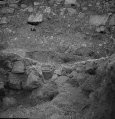 Vista de la excavación de una ofrenda cerámica en Palenque