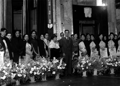 Juan de Dios Bátiz al parecer después de una ceremonia de titulación en Bellas Artes, retrato de grupo
