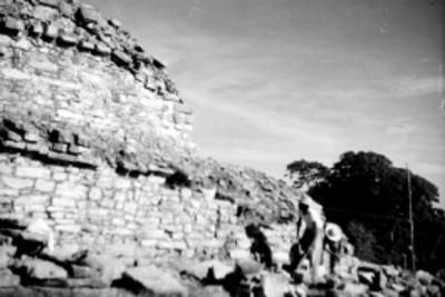 Hombres reconstruyen edificio en Palenque, vista parcial
