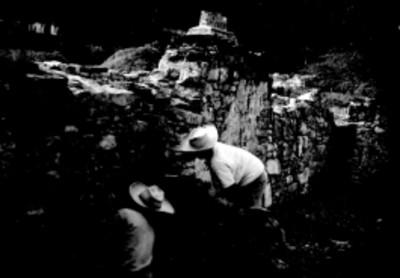 Trabajadores restauran muro de una barda en Palenque, vista parcial