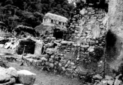 Muros de piedra en la zona arqueológica de Palenque antes de su restauración, vista parcial
