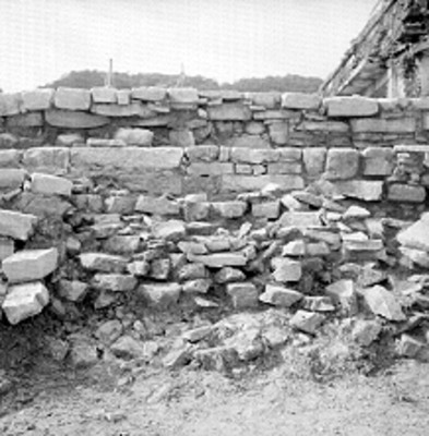 Muros de piedra en la zona arqueológica de Palenque, durante restauración