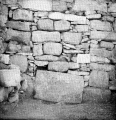 Muro de piedra en la zona arqueológica de Palenque durante restauración, detalle