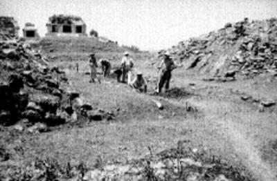 Hombres durante los trabajos de reconstrucción del Juego de Pelota