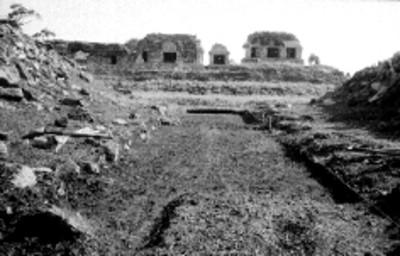 Vista del Grupo Norte desde el Juego de Pelota durante los trabajos de restauración