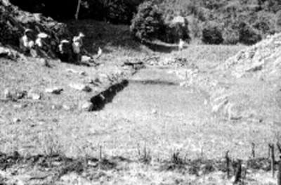 Trabajadores en el Juego de Pelota durante su reconstrucción, vista