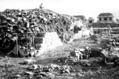 Hombres realizan trabajos de reconstrucción en el Juego de Pelota, vista